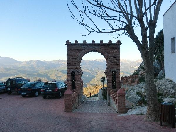 Maurischer Torbogen in Comares, der Stadt auf dem Berggipfel